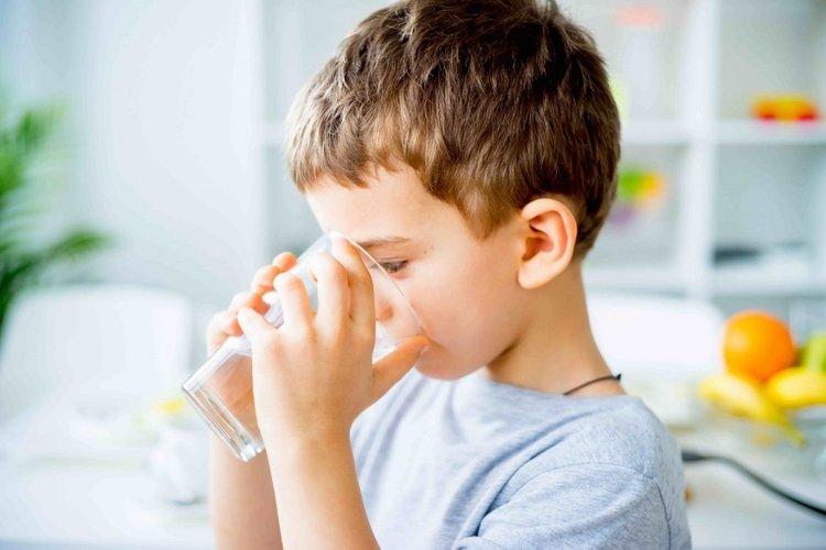 trẻ uống nhiều nước