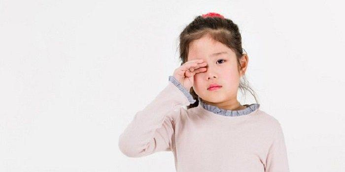 trẻ bị đau mắt đỏ kiêng ăn gì