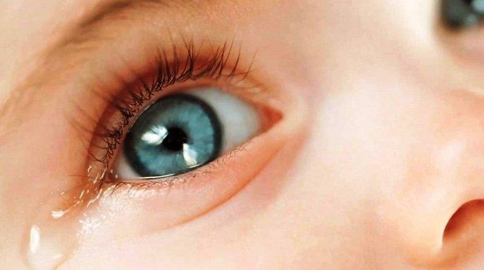 trẻ bị đau mắt đỏ mấy ngày thì khỏi