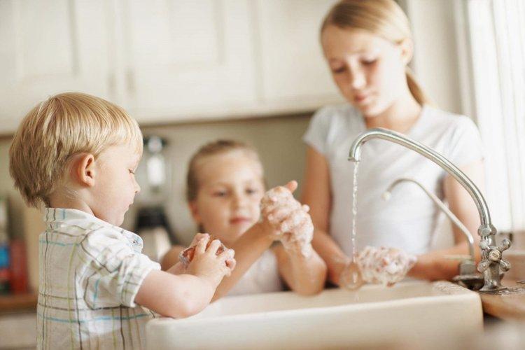 rửa tay sạch sẽ bằng xà phòng diệt khuẩn giúp hạn chế nhiễm giun kim ở trẻ em