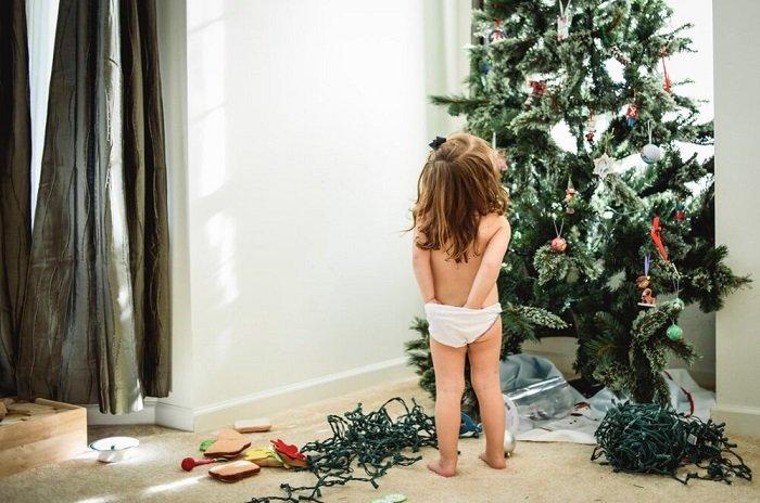 bé mặc đồ lót trong nhà