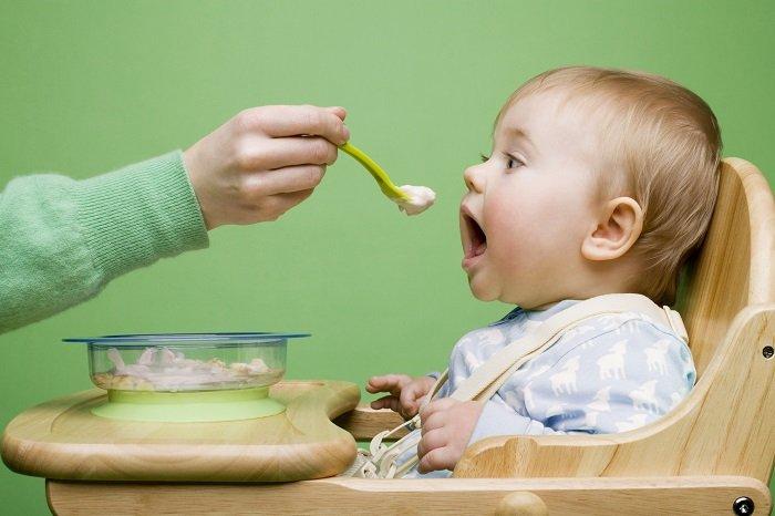 có nên mớm thức ăn cho trẻ