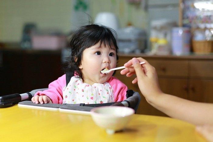 nhai mớm thức ăn cho trẻ là thói quen xấu