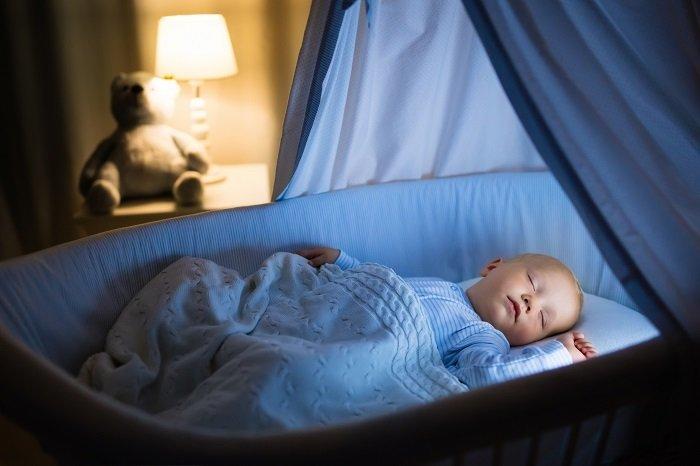 trẻ mấy tháng có thể ngủ xuyên đêm