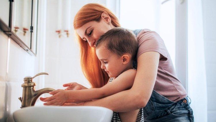 mẹ hướng dẫn trẻ rửa tay thật sạch