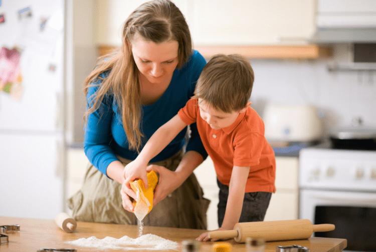 mẹ giúp đỡ trẻ tuân thủ lịch trình