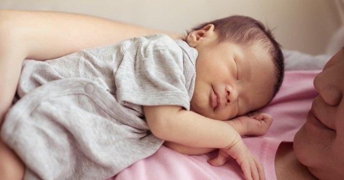 Một trong những quy tắc mặc đồ cho trẻ sơ sinh mùa hè đó là lực chọn đồ có chất liệu thoáng mát cho trẻ.