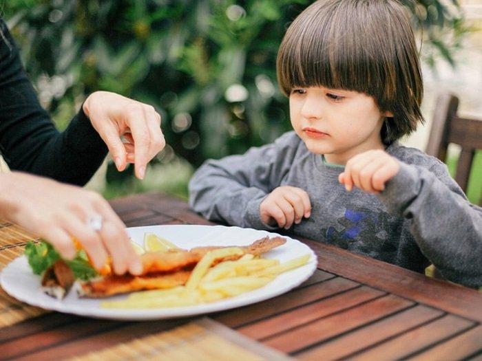 trẻ em bị hóc xương cá phải làm sao