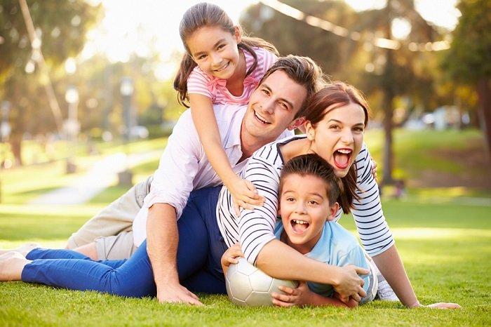Bố mẹ vui chơi cùng con cái
