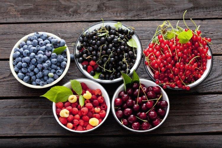 quả mọng là một trong những thực phẩm bổ sung chất xơ cho bé