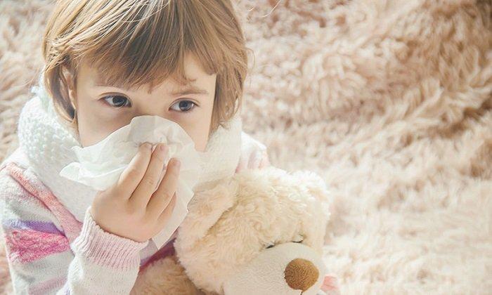 Khi bị viêm phế quản phổi trẻ thường hay bị khó thở, chảy nước mũi đặc.