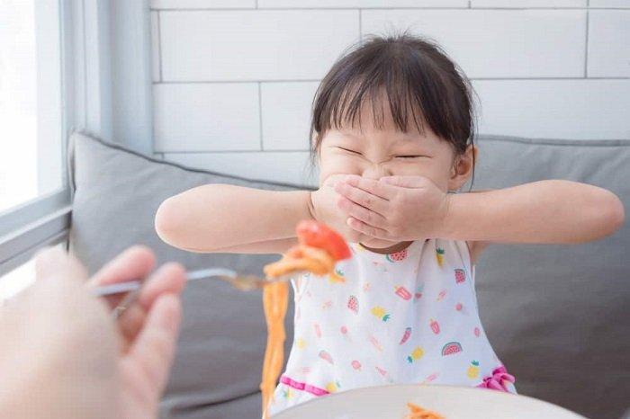 trẻ ăn chậm phải làm sao