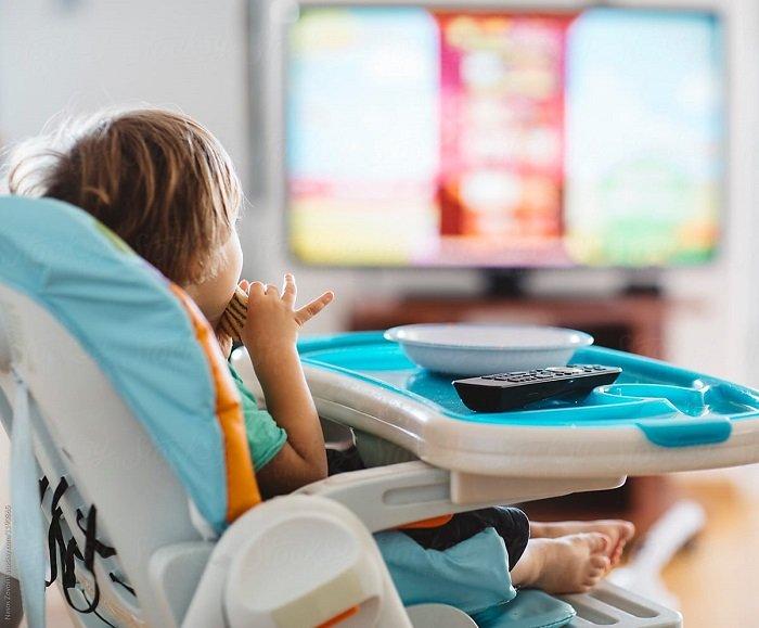 bé xem tivi khi ăn cơm
