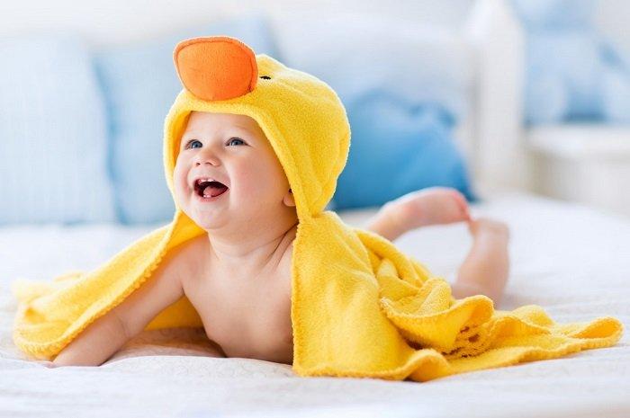 Em bé mặc khăn tắm