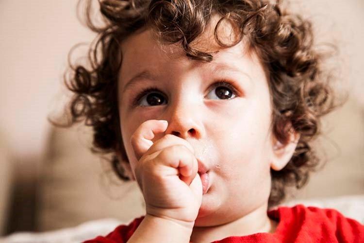 trẻ hay mút tay, trẻ bị viêm lợi và sốt