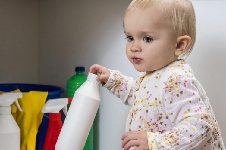 sơ cứu khi trẻ uống nhầm hóa chất và phòng tránh nguy cơ nhiễm độc hóa chất ở trẻ