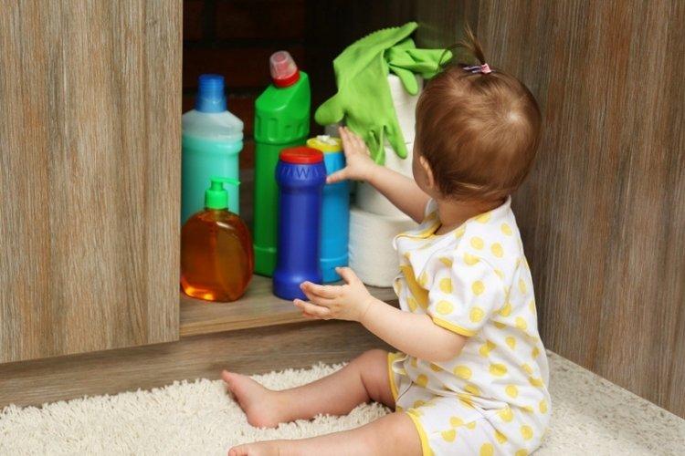 trẻ uống nhầm hóa chất