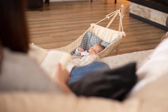 bé sơ sinh nằm võng