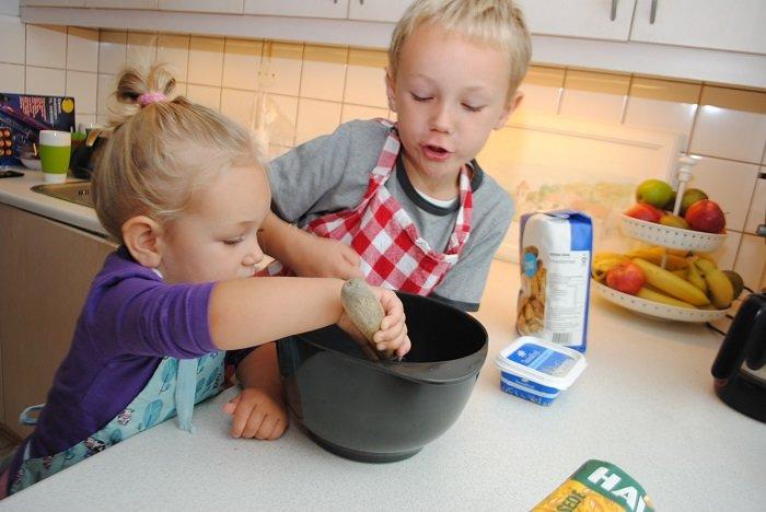 Hai anh em nấu ăn cùng nhau.