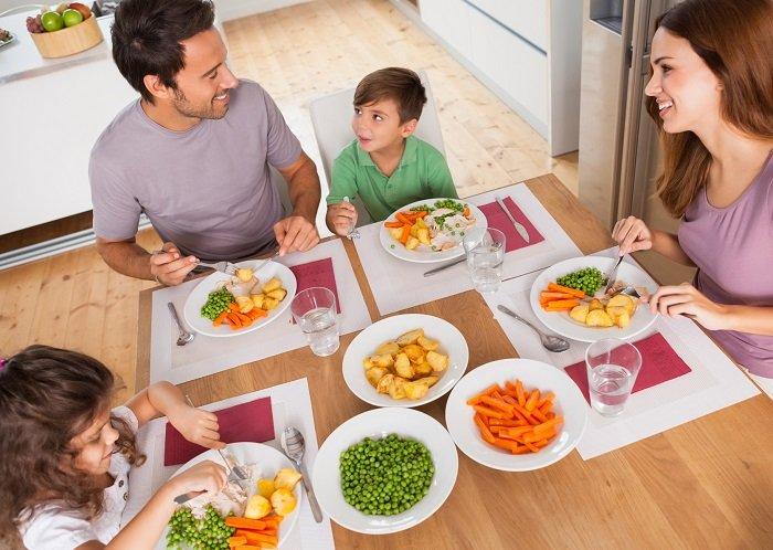 Dạy trẻ cách ăn uống lịch sự từ sớm sẽ giúp trẻ hình thành thói quen tốt.