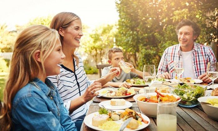 Cả nhà ăn uống vui vẻ với nhau.