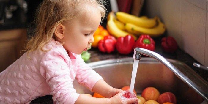 cách dạy trẻ rửa rau hiệu quả