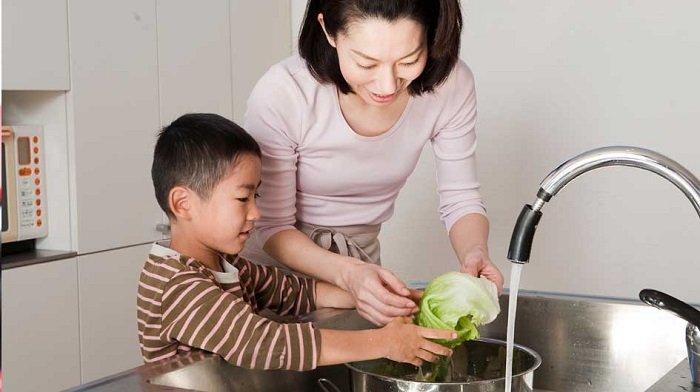mẹ dạy trẻ rửa rau