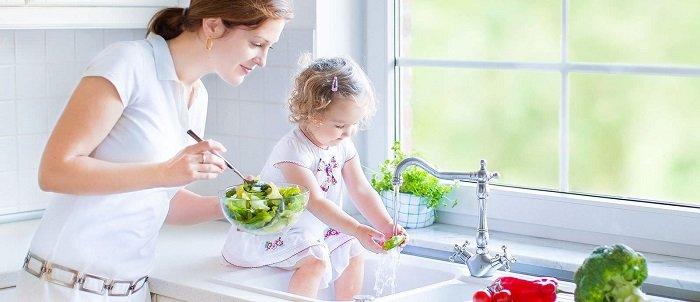 mẹ dạy bé rửa rau