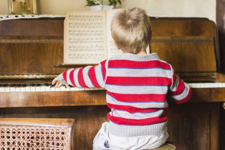 lợi ích khi trẻ học đàn piano