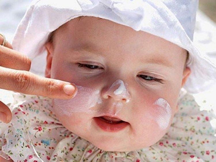 trẻ sơ sinh bị nốt đỏ trên mặt