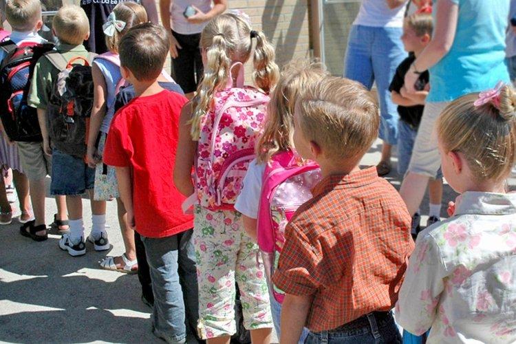 cách dạy trẻ kiên nhẫn, trẻ em đứng xếp hàng