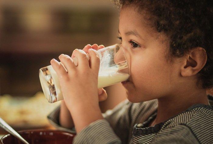bé trai uống sữa đậu nành có tốt không