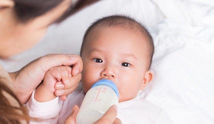 bé hay bị ọc sữa phải làm sao