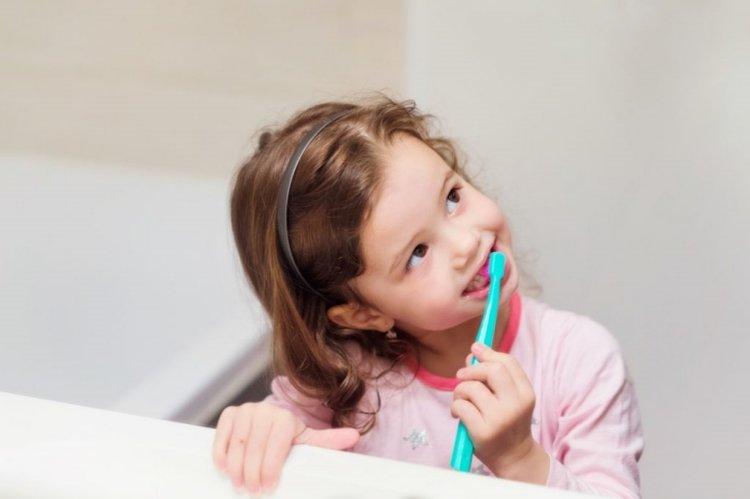 trẻ đánh răng thật sạch