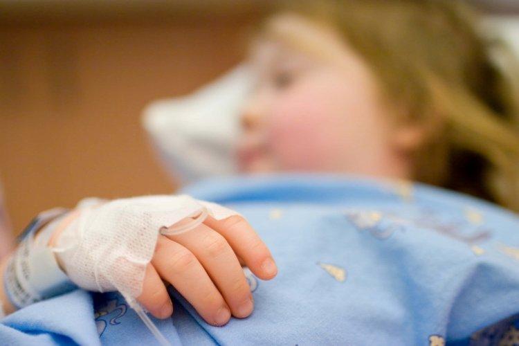 trẻ bị bỏng phải băng bó để tránh bị nhiễm trùng