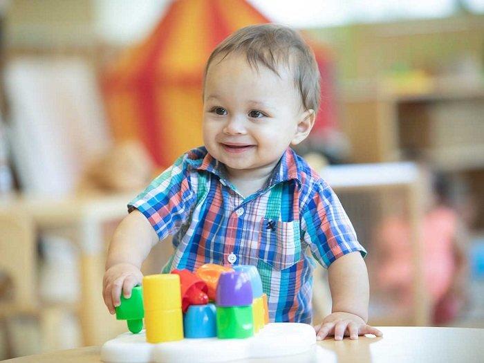 Em bé chơi đồ chơi