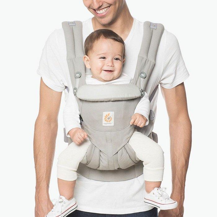 Nhiều bố mẹ không biết cách sử dụng đai địu em bé đúng.