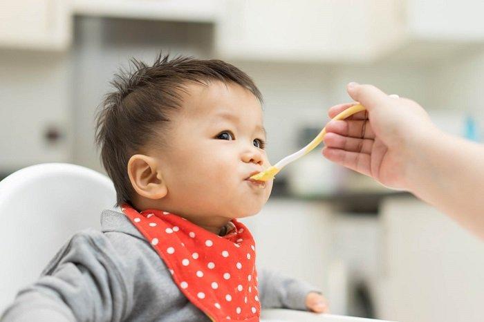 tập cho bé ăn thô như thế nào