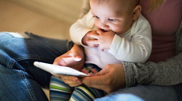 không nên cho trẻ vừa ăn vừa xem điện thoại