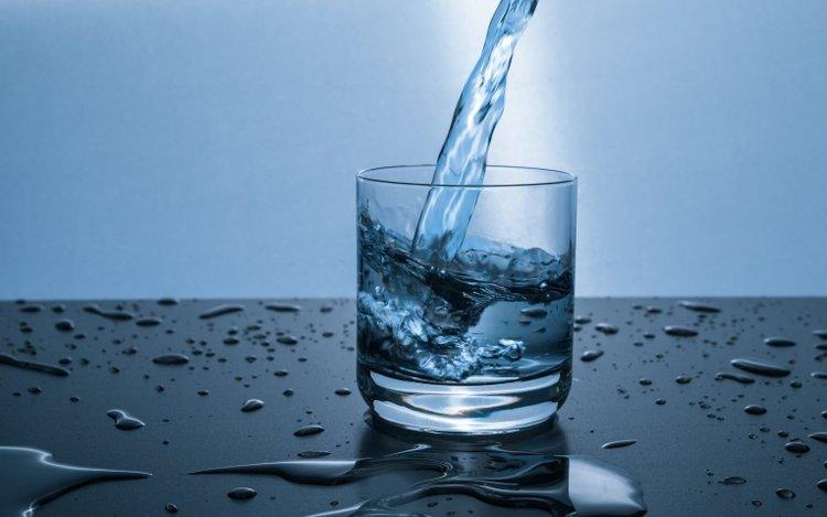 mẹ đang bị sốt có cho con bú được không? Mẹ nên uống nhiều nước để thanh lọc cơ thể, nhanh chóng hạ sốt
