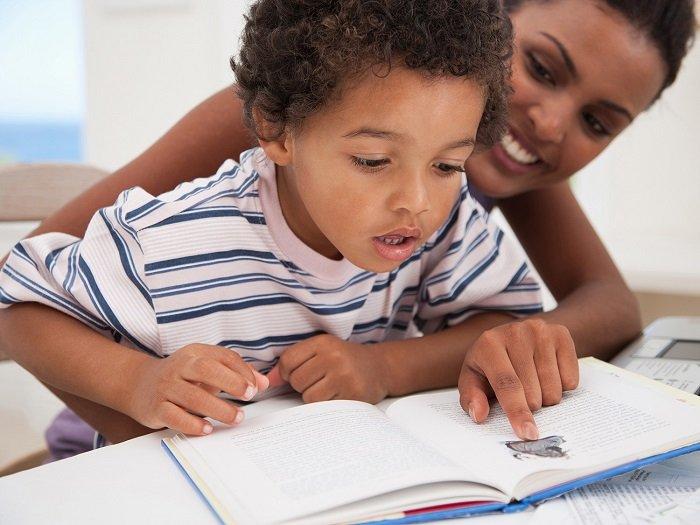 mẹ dạy bé tập đọc