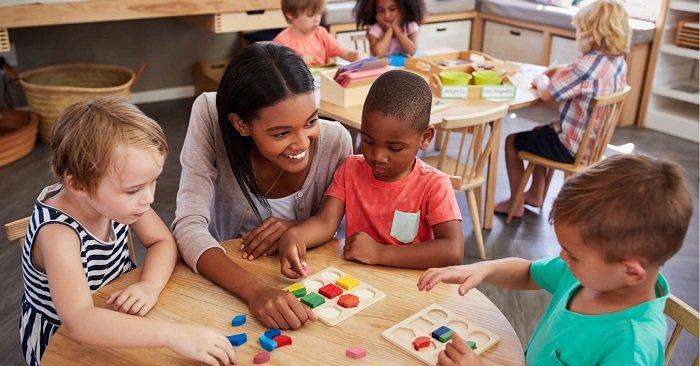 Cô giáo dạy trẻ áp dụng phương pháp giáo dục Steiner
