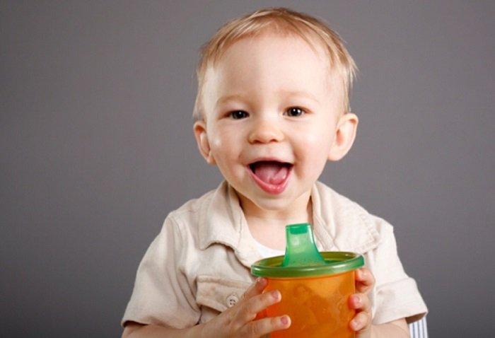 bé uống nước bằng cốc