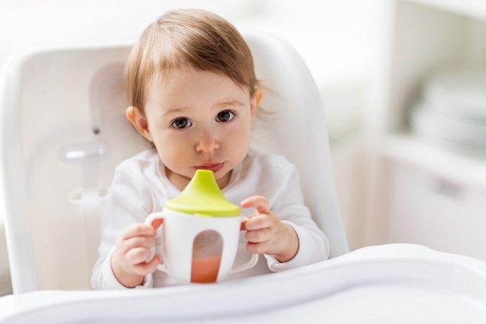 dạy bé cách uống nước bằng cốc