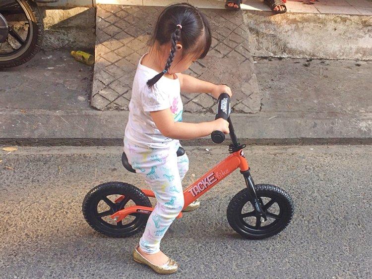 cách tập cho bé đi xe thăng bằng