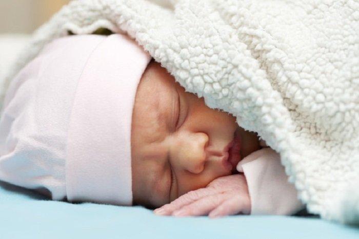 có nên đắp chăn cho trẻ sơ sinh không