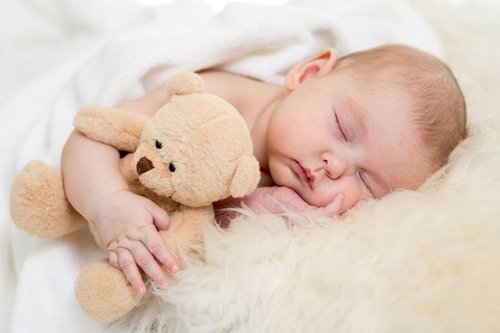 trẻ sơ sinh có nên đắp chăn