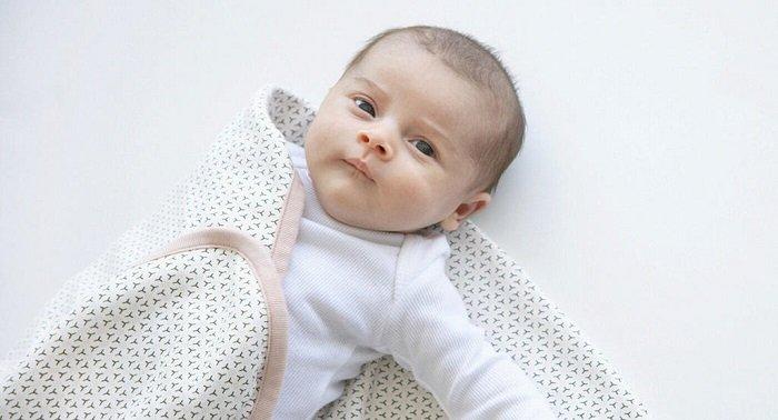 trẻ sơ sinh có nên đắp nhiều chăn