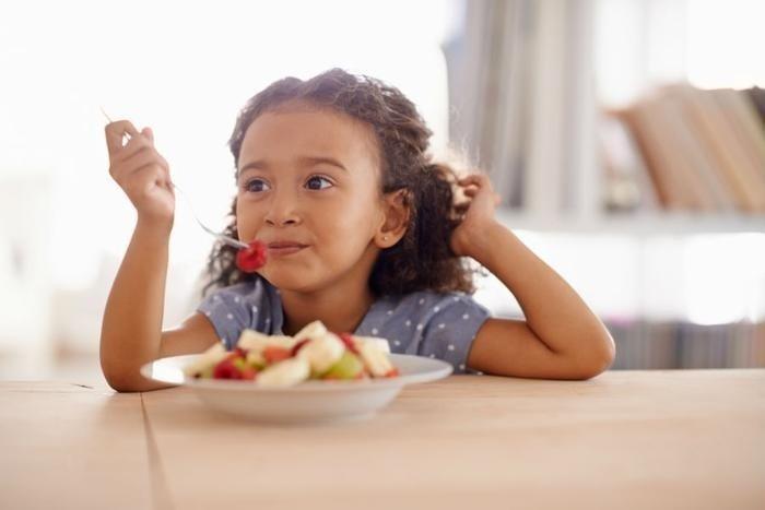 Rèn nếp ăn sáng cho trẻ từ sớm sẽ giúp tạo thói quen sinh hoạt lành mạnh cho trẻ.
