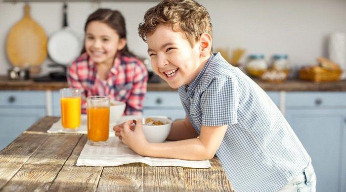 Trẻ nhỏ ăn sáng